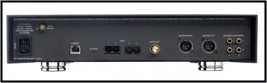De gauche à droite : le connecteur d'alimentation IEC, une borne de masse, le connecteur Ethernet, quatre ports RS 232 pour faciliter l'intégration de l'appareil au coeur d'un système domotique, la sortie numérique S/PDIF coaxiale sur fiche BNC et les trois sorties analogiques, une symétrique XLR et deux asymétriques RCA.